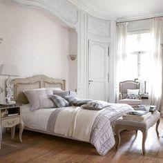 Faites de votre chambre un univers chic et chaleureux grâce à ce lit en 160 cm. Sa patine lumineuse et ses lignes élégantes créeront une ambiance charme et raffinée à votre pièce. Convient pour une literie en 160x200 cm, sommier inclus.