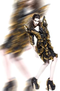 Fashion designer Iris van Herpen is widely recognized as one of fashion's most talented and forward-thinking creators who continuously pushes the boundaries of fashion design. Next Fashion, Gold Fashion, Unique Fashion, Timeless Fashion, Fashion Art, Editorial Fashion, Womens Fashion, Iris Van Herpen, Trends Magazine