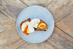 Served on hot toast with a crack of black pepper, poached eggs are the best breakfast going. Here are our fail-safe rules to show you how to make perfect poached eggs in no time at all. Cooking Poached Eggs, Perfect Poached Eggs, Best Breakfast, Breakfast Recipes, Egg Recipes, Healthy Recipes, Delicious Recipes, Healthy Food, Baking Center
