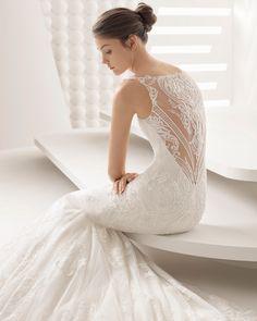 Vestido de novia corte sirena de encaje y pedrería. Colección 2018 Rosa Clará.