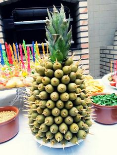 Appetizers served on a pineapple. Party Trays, Party Snacks, Appetizers For Party, Havanna Party, Fruits Decoration, Cocktail Sausages, Fingerfood Party, Flamingo Party, Edible Arrangements