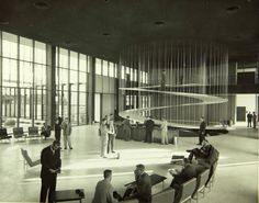 De spectaculaire hangende hellingbaan in het Convair Astronautics building in San Diego. Een ontwerp van Pereira & Luckman uit 1958.