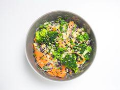 Pad Thai (vegan)  Zutaten: 100 g Tofu (natur) 1 rote Zwiebel 1 Knoblauchzehe 1 getrocknete Chilischote 500 g Brokkoli 2 Möhren 1 Frühlingszwiebel Erdnussmus Sesam, Erdnüsse Schnittlauch, Limette Reisnudeln