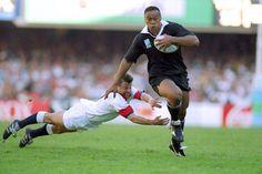 Jonah Lomu de la Nouvelle-Zélande élude la plongée attirail de Rob Andrew d'Angleterre au cours de la demi-finale de la Coupe du Monde de Rugby au Stade Newlands au Cap en 1995