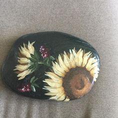 . Stone Art Painting, Pebble Painting, Pebble Art, Rock Painting, Painted Rock Animals, Painted Rocks, Rock Sculpture, Sun Flowers, Rock Decor
