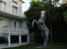 Davide Dall'Osso Italian sculptor. Sculptures in iron wire and copper braided by hand. The sculptor uses a mix of materials such as iron, bronze, resin, wire, wire mesh to create his works. of wire animal sculptures. Installations. Wire mesh sculptur. horse sculptures. Sculpture head of horse in iron wire. Art. Contemporary Sculpture. Sculpture for public gardens, sculpture for private gardens, sculpture for the house, for the living room, to the parks. Outside and outdoor sculpture to buy