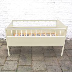 De mooiste vintage wiegjes en bedjes voor baby's en peuters vind je bij Atelier BéBé, in onze fysieke winkel te Mechelen of online op www.atelierbebe.be!
