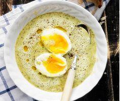 En klassisk potatis- och purjolökssoppa blir extra smakrik förstärkt med vitaminstinn grönkål. I det här enkla grundreceptet för en krämig grönsakssoppa går det utmärkt att variera grönsakerna och ta vad som finns hemma. En bit selleri, broccoli, morot blir plättlätt en värmande vegetarisk soppa.