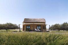 Das Luxus-Hideaway Al Sahel Villas gehört zur renommierten Anantara-Gruppe. Es liegt im Westen der naturbelassenen Insel Sir Bani Yas. Die alleinstehenden Villen wurden unter gewissenhafter Berücksichtigung ihrer Umwelt sowie des Umweltschutzes erbaut. Sie verteilen sich im Herzen des 4.100 Hektar großen Arabian Wildlife Parks und integrieren sich mit ihrer Architektur perfekt in die steppenähnliche Umgebung.