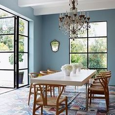 Prachtige ruimte met ingetogen Mediterraanse sfeer.Mooi gecombineerd met de stoelen van Hans J Wegner. Beautiful room with Mediterranean flavour. I think it's lovely! #inspiratie #inspiration #davidbentheim #mediterranian #middellandsezee #blue #european #tiles #blauw#tegels #modern #colours #french#kleur #kleuradvies #gordijnen #interieuradvies #interior #hansjwegner #eclectic #kalkverf #buren @doencodecorators
