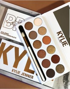 Bronze Extended: a nova paleta de sombras da Kylie Cosmetics Kylie Makeup, Jenner Makeup, Skin Makeup, Make Up Palette, Makeup Is Life, Love Makeup, Make Up Kylie Jenner, Paleta Kylie, Makeup Tools