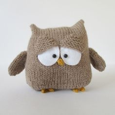 OSCAR THE OWL TOY KNITTING PATTERNS Oscar is a wise owl … you could knit Oscar to use as a bookend, a mini pillow or a cuddly toy. TECHNIQUES: All pieces are knitted flat (back and forth) on a pair of straight knitting needles. Knitted Owl, Knitted Animals, Owl Knitting Pattern, Baby Knitting, Knitting Needles, Owl Patterns, Crochet Patterns, Diy Laine, Yarn Crafts