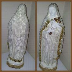 Santa Terezinha em gesso, toda estilizada com perolas.