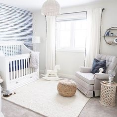 SO much LOVE for this bright and preppy space by @arlynnjayne. Can you ever go wrong with navy and white??