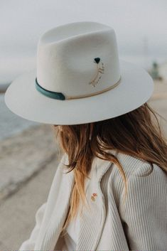 Le Victoria Off White Hat – SHOP – Van Palma See other ideas and pictures from the category menu…. Winter Hats For Women, Hats For Men, Women Hats, Sun Hats For Women, Fancy Dress Hats, Mode Du Bikini, Boho Hat, Camo Hats, Stylish Hats