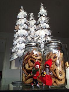 Julen er bare ikke det samme uden et mix af det klassiske og det moderne. De traditionelle, små julenisser, der har været fremme siden barnsben samt vanillekranse bagt af børnene og deres oldemor - Dette er sammen med sølvjuletræerne med til at gøre, at man holder gang i juleglæden år efter år.