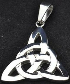 Celtic knot and circle Triquetra, Practical Magic, Fashion Jewelry, Men's Fashion, Old World, I Tattoo, Hair And Nails, Jewerly, Jewelry Design