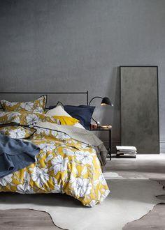 Le jaune moutarde associé au gris anthracite de cette chambre au style industriel donne un ensemble sobre mais énergique.