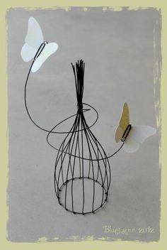 BlueLuenn - Page 9 - BlueLuenn Wire Crafts, Diy And Crafts, Sculptures Sur Fil, Metal Coat Hangers, Hanger Crafts, Diy Notebook, Tree Wall Art, Bird Cages, Chicken Wire