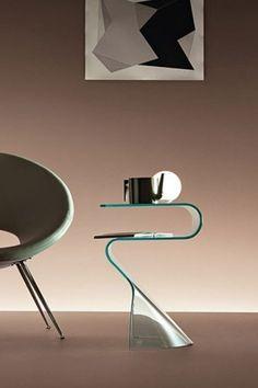 Table de chevet Toki Fiam a été réalisée avec simplicité, elle est un accessoire d'ameublement raffiné. Toki est l'idéal pour un décor moderne. Disponible en différentes finitions: verre transparent, verre extralight, verre fumé, verre bronce, noir 95. #tabledechevet #verre #toki #fiam #arredaremoderno Modern Glass, Decoration, Armchair, Transparent, The Originals, Mirror, Lighting, Design, Home Decor