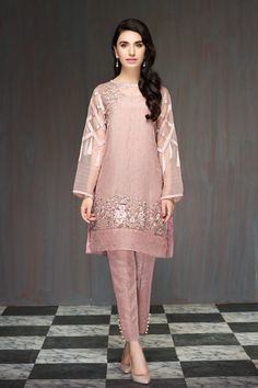 Argyle pink stitched 2 piece printed pret wear by baroque Luxury Prets 2018 - Pakistani dresses Trajes Pakistani, Pakistani Formal Dresses, Shadi Dresses, Pakistani Dress Design, Pakistani Outfits, Indian Dresses, Casual Dress Outfits, Stylish Dresses, Simple Dresses