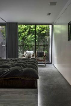 Stram og ren bolig preget av betong og tre | Bo-bedre.no