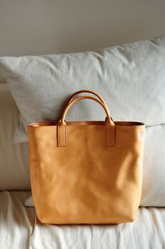 simple and stylish: durable tan leather handbag for women - ideal for shopping #leathertote