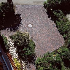 Die Natur schenkt das Design. ARENA-NOVA ist eine kombinierte Verlegeart mit ARENA Pflastersteinen und ARENA XXL Pflastersteinen. #eingangsbereich #hofeinfahrt #hof #hausundgarten #hausundhof #gestaltungsidee #pflastersteine Nova, Stepping Stones, Dennis, Garden, Outdoor Decor, Home Decor, Design, Patio, Courtyard Entry