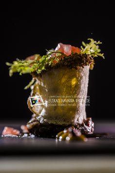 """""""Rabo glaseado en rulo de pan y mostaza suave"""". Este el pintxo que José Luis Carrillo, Beatríz Rodríguez y Cynthia Villalba, del Café de la Concha, en la Paseo de la Concha de Donostia (T. 943 473600), presentaron en el Campeonato de Euskal Herria de Pintxos. Puedes comprar el libro del concurso con todas las fotos y recetas en nuestra tienda: http://www.campeonatodepintxos.com/tienda/ #Hondarribia #Pintxos #Pinchos #Tapas #Fuenterrabía #Fontarrabie @hondarribiaturi @euskadipintxos"""