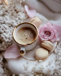 Coffee Love, Coffee Is Life, Aesthetic Coffee, Coffee Photography, Food Photography, Coffee Company, Flower Backgrounds, Flower Frame, Morning Coffee
