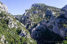 La ermita de Saint Antoine asomada al precipicio de la carretera por la que…