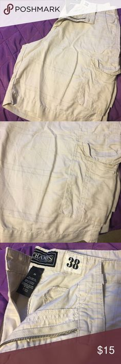 Men's cargo shorts with light plaid detail. Cream colored men's shorts size 38 with cargo pockets. Shorts Cargo