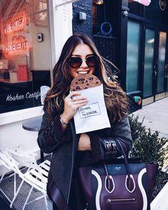 Schwarze Wildlederjacke, Sonnenbrille, Chloe Cookie, Celine Handtasche
