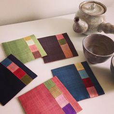 Simple coasters with style! Mug Rug Patterns, Quilt Patterns, Quilting Projects, Sewing Projects, Quilted Coasters, Crazy Patchwork, Techniques Couture, Fabric Remnants, Small Quilts