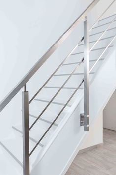 Traprenovatie in één dag Stair Railing Ideas dag één Traprenovatie Steel Railing Design, Staircase Railing Design, Interior Stair Railing, Modern Railing, Modern Stair Railing, Staircase Handrail, Modern Stairs, Railing Ideas, Metal Railings