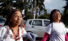 MUJERES INDÍGENAS DE LA AMAZONÍA LLEGAN CAMINANDO A QUITO A PROTESTAR POR POSIBLE CONTAMINACIÓN DE SU HABITAT.