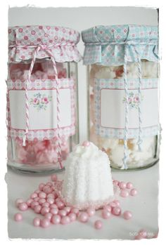 Place pretty candies or homemade jam in a jar with a coordinating label & fabric covered jar top. Bottles And Jars, Mason Jars, Candle Jars, Crafts To Make, Diy Crafts, Jam Jar, Altered Bottles, Artisanal, Bunt