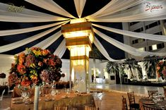 Decoracion boda estructura central con telas colgantes y cristales
