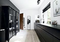 Alle nuancer af sort, hvid og grå har været i spil hjemme hos Stine og Simon. Se deres inspirerende ideer til et stilfuldt og utrolig elegant hjem her.