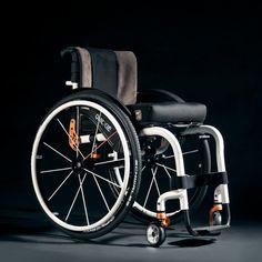 La Silla Activa HELIUM vuelve a revolucionar el mercado de sillas de ruedas por su rigidez y resistencia increíbles. Sometida a las pruebas de flexión más exigentes, Helium ha demostrado no sólo ser la más ligera de todas las de su gama, sino que también es la más rígida, con la menor flexión de armazón. Diseño e ingeniería, nuevas técnicas de moldeado del aluminio más ligero y espíritu deportivo.