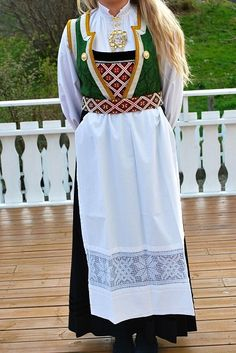 Bilderesultat for brystduk osbunad Folk Costume, Costumes, Bridal Crown, Traditional Outfits, Norway, Scandinavian, Apron, Frozen, Clothes