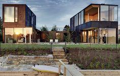Das ein- bis zweigeschossige Hofhaus liegt direkt am Ufer des Neufeldersees. Architekt Eisenköck nahm den Holzbaupreis in der Kategorie Wohnbau entgegen. © Maximilian Eisenköck