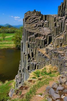 Columnar jointing formed by a basalt flow. Basalt is a hard igneous rock. Mother Earth, Mother Nature, Wonderful Places, Beautiful Places, Jolie Photo, Ancient Aliens, Natural Wonders, Amazing Nature, Beautiful Landscapes