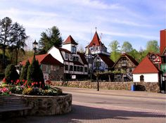 The Top 20 Blue Ridge Mountain Towns in GA & NC, including tips on the best things to do in each town and outdoor recreation opportunities nearby. Blue Ridge Parkway, Blue Ridge Mountains, Blowing Rock North Carolina, Blue Ridge Georgia, North Carolina Mountains, Us Destinations, National Parks Usa, Smoky Mountain National Park, Appalachian Mountains