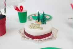 Traditional Christmas Party Decor Christmas Party Table, Christmas Party Decorations, Paper Decorations, Christmas Traditions, Modern Classic, Diy Party, Pretty Little, Traditional, Cake
