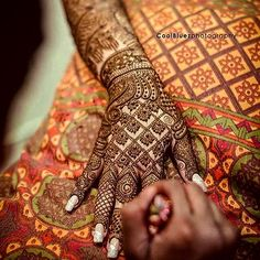 Amazing #henna #details. Can you guess the inspiration for the unique #mehndi design? #Repost @coolbluezphotography