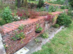 Trockenmauer aus den alten Ziegeln nach einem Jahr