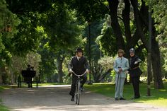 Murdoch (Yanick Bisson) arrives at the scene of the crime (in Gage Park in Hamilton)