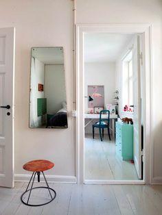 Hjertet i Sofie og Lausts dejlige byhus er et værksted, der befinder sig i parrets store køkkenalrum i stueetagen. Her lå tidligere tre garager, som i dag er med til at gøre boligen til noget helt særligt.