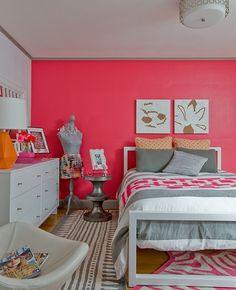 Quarto de solteiro feminino decoração rosa e laranja moderno